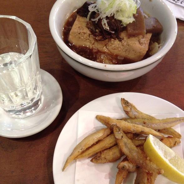 日本酒とワカサギ唐揚げと牛すじ煮込み豆腐 @ エイヒレ