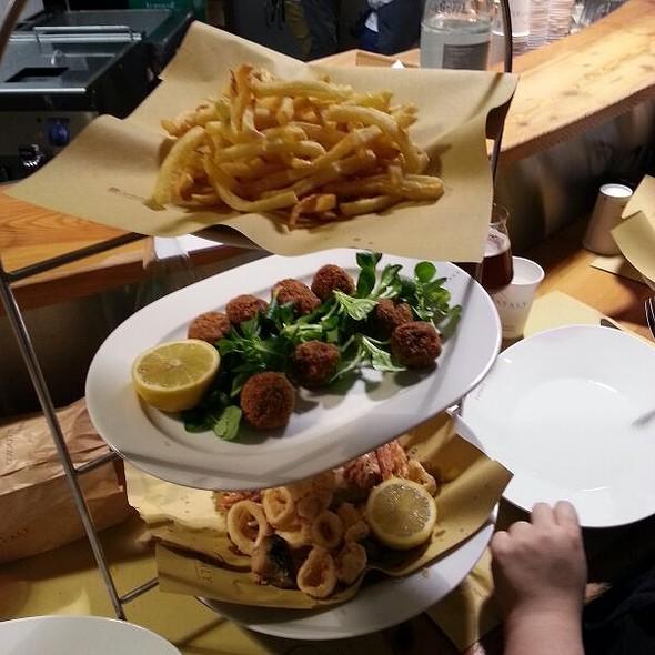Piatto del Re (misto di fritti: polpette di vitello, fritto misto di pesce, patate)