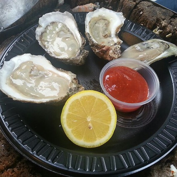 raw oysters @ Maine Avenue Fish Market