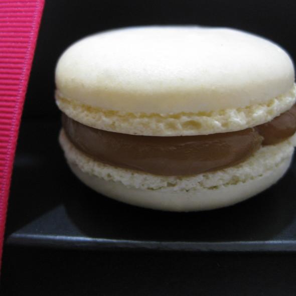 Salted Caramel Macaron @ Bisous Ciao