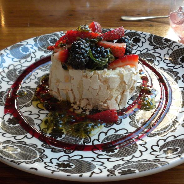 Rolled Pavlova,Mascarpone,Berries