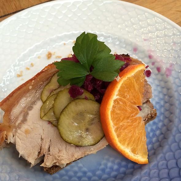Flæskesteg - Pork Roast With Red Cabbage @ Hallernes Smørrebrød