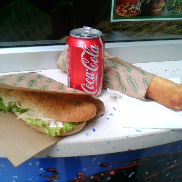 Vegetarijanski sendvich so krem-salati i piroshka so kashkaval   koka-kola @ Spicikato