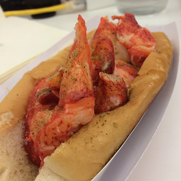 Classic Maine Style Lobster Roll