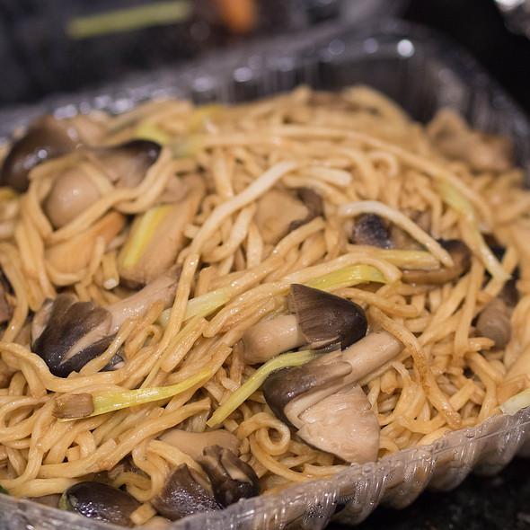 E Fu Noodle with Assorted Mushrooms