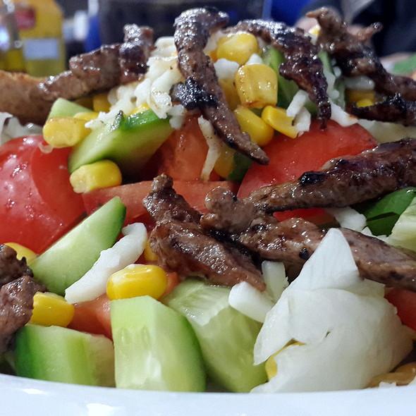 İzgara Bonfileli Salata @ Mamis Restaurant & Cafe