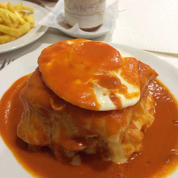 Francesinha @ Snack-Bar Luís Maravilhas