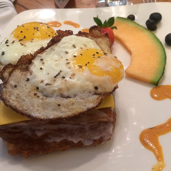 Cronut Sausage Egg @ Imigs Kitchen And Bar