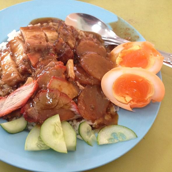 ข้าวหมูแดง-หมูกรอบ | Red BBQ Pork and Crispy Roast Pork with Rice @ สีมรกต