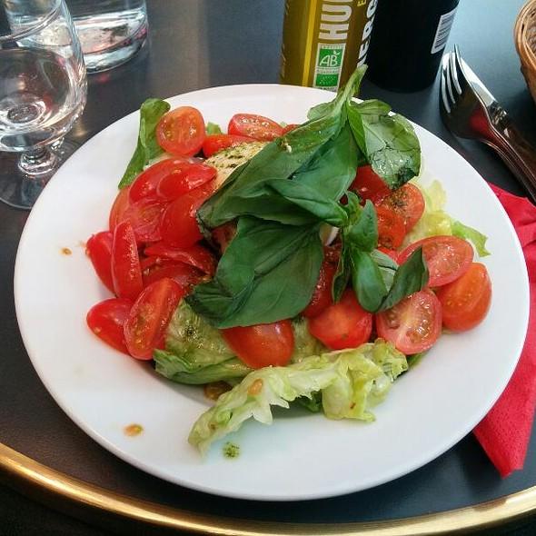 Salade Mozzarella Di Bufala Et Tomate Cerises Grappe @ Au Rocher de Cancale