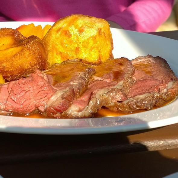 Roast beef, Yorkshire pudding, roast potatoes, carrots & beans