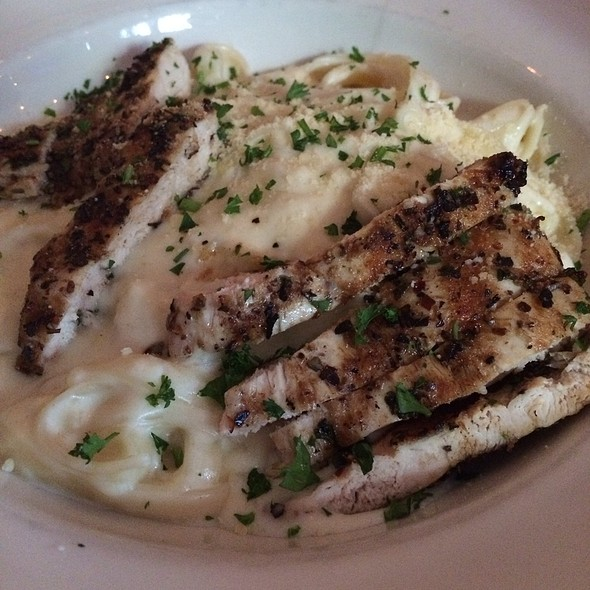 Fetuccine Alfredo With Chicken @ Valenti's