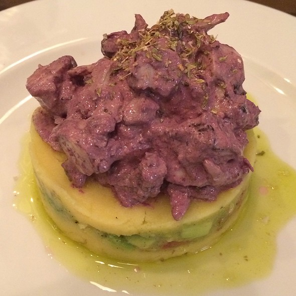 Pulpo Auf Kartoffel-Avocado-Bett @ Cevicheria