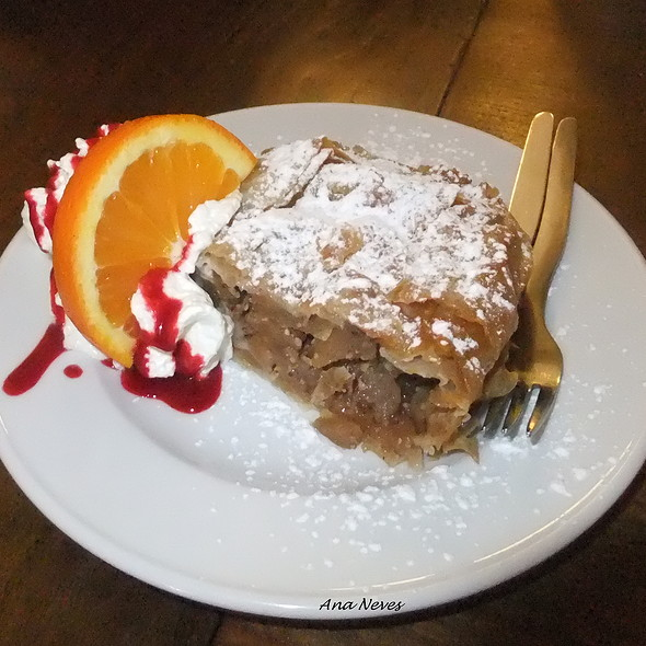 Apple Strudel @ Pois, Café