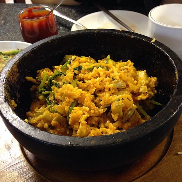 ข้าวคลุกร้อน บิบิมบับ | Rice Topped With Vegetables Served In Hot Stone Pot