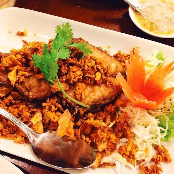 Fried Fish With Crispy Garlic And Tumeric @ ระย้า (Raya)