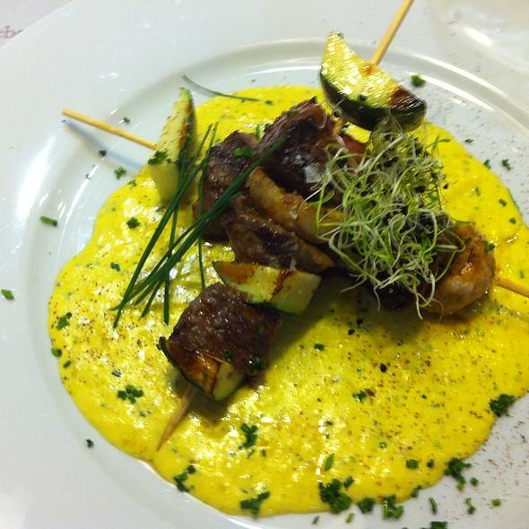 brocheta de ternera al curry @ Santo Restaurante & Deli
