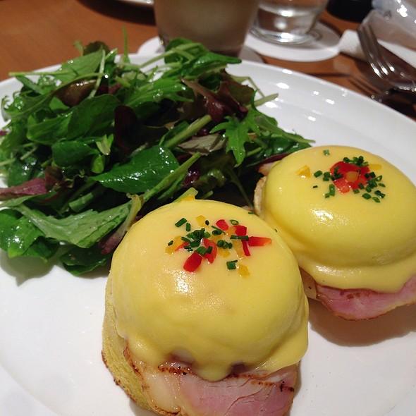 Eggs Benedict @ Sarabeth's Lumine Shinjuku (サラベス ルミネ新宿店)
