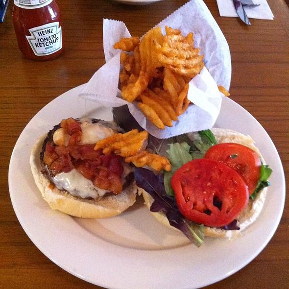 Roasted Garlic Cheeseburger @ Heritage Grill