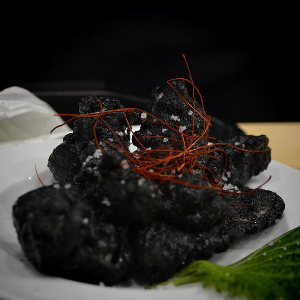 Choco frito em tempura preta com folha de shisô @ Mercado da Ribeira