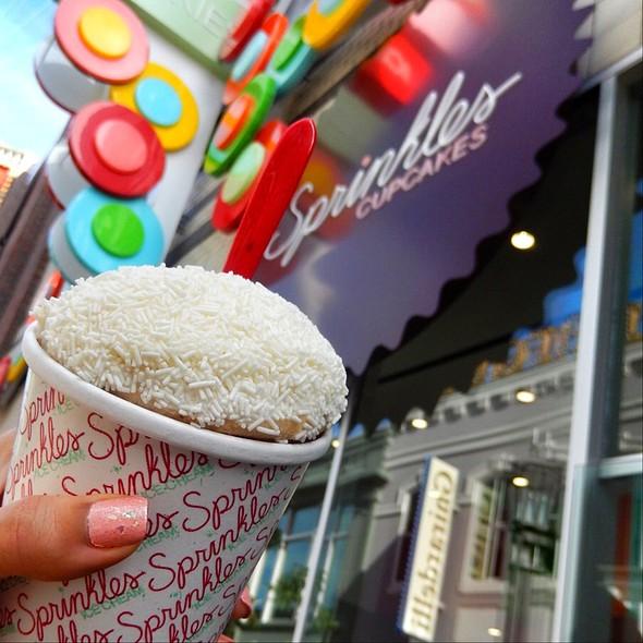 Vanilla Bean Cupcake Sundae With Red Velvet Ice Cream @ Sprinkles Cupcakes Las Vegas