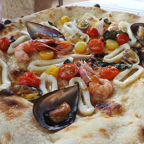 Pizza Frutti Di Mare @ La Residencia