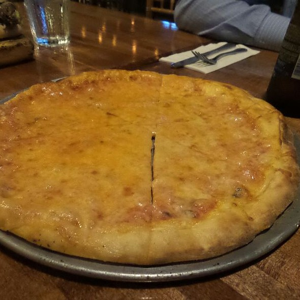 Pizza @ Pueo's Osteria