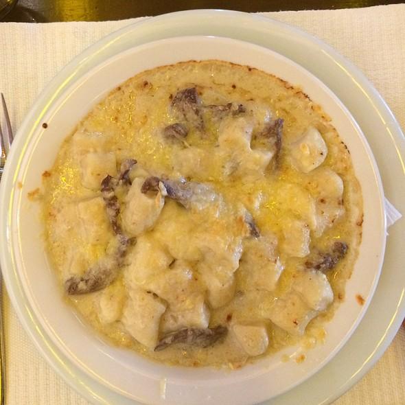 Nhoque De Com Tiras De Filet Mignon E Molho De Queijos Gratinado @ La Pasta Gialla Fortaleza