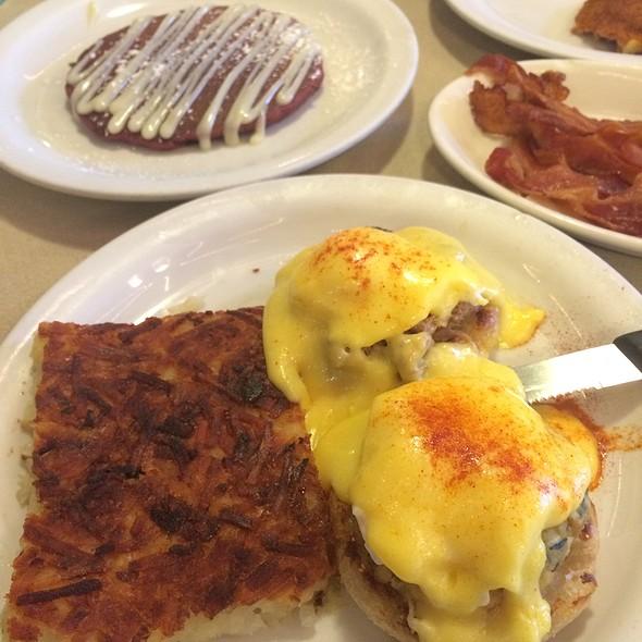 Crab Kalua Benedict, Red Velvet Pancakes @ Cinnamon's