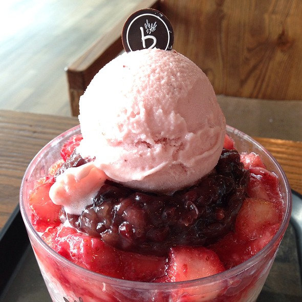 Strawberry Bingsoo @ Cafe Bene (gate 46)