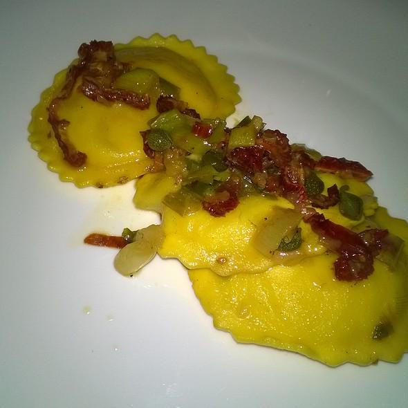 Pansotti di baccalà con cipollotto novello, pomodori secchi e capperi di Salina @ EVO L'Extravergine