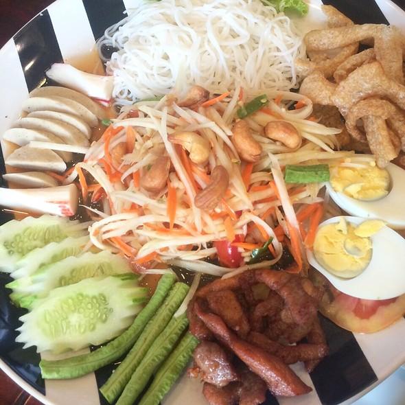 ตำมั่ว Green Papaya Spicy Salad With Mixed Platter. @ ครัวแม่อุดม