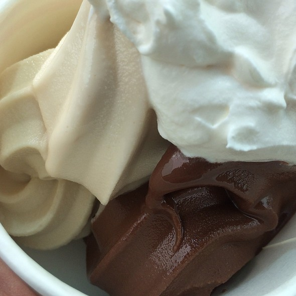 Dark Chocolate And Peanut Butter Frozen Yogurt @ Cherry Berry