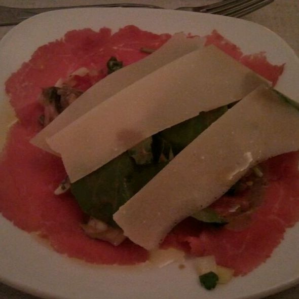 Carpaccio de vitela alentejana com rúcula, cogumelos marinados e lascas de Grama Padano @ Gemelli