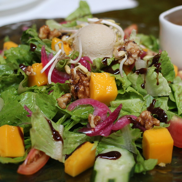 Mixed Green Salad with Mangoes @ The Farm at San Benito