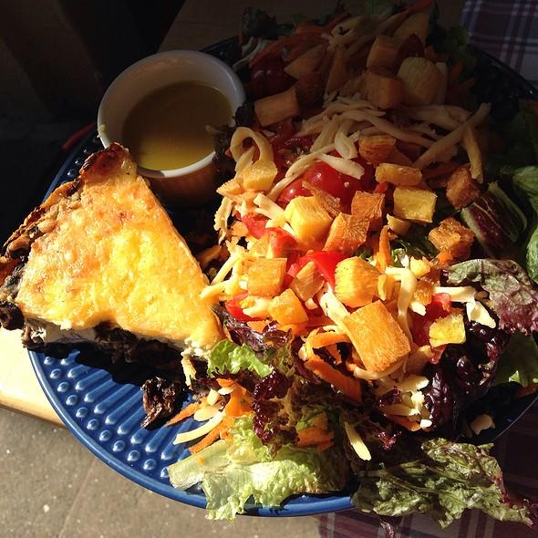 Torta De Cogumelos + Salada Inteira