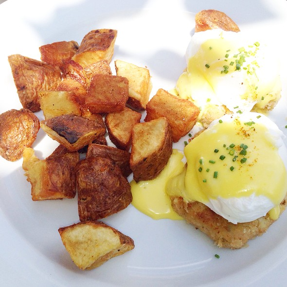 Crabcake Eggs Benedict @ The Sidecar Bar & Grille