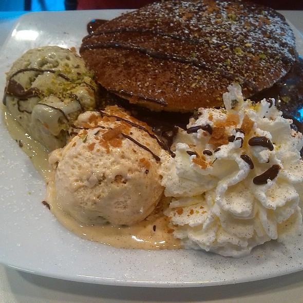 Pancake con nutella, gelato, panna e gocce di cioccolato