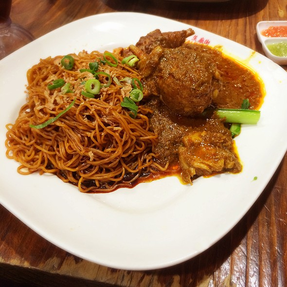 Dry Curry Egg Noodles With Chicken Curry