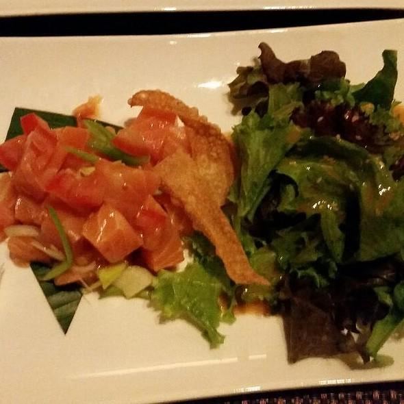 Rauchlachs auf Tomatenwürfeln mit Salat