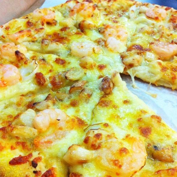 Roasted Garlic And Shrimp Pizza @ yellow cab, alabang town center