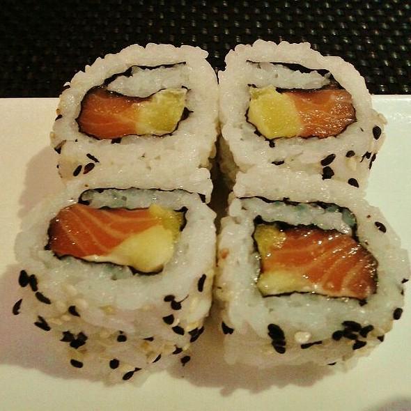Uramaki de Salmón y Mango