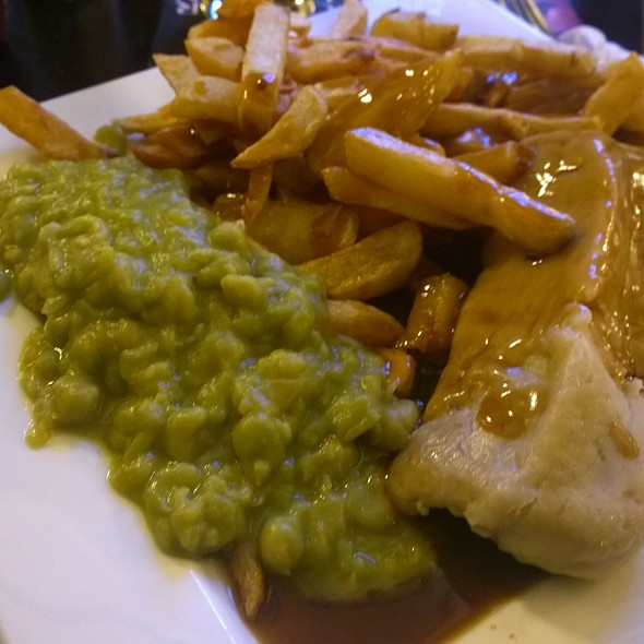 Beef Mince & Onion Rag Pudding, Chips & Mushy Peas