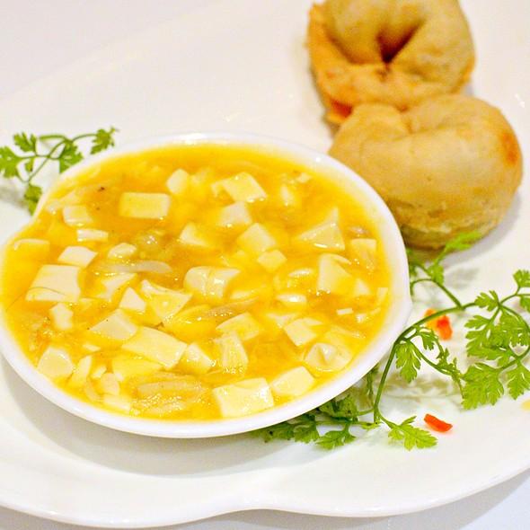 蟹粉豆腐蔥油餅,Hairy Crab Coral and Diced Bean Curd served with Onion Bun @ Shang Palace at Kowloon Shangri-La