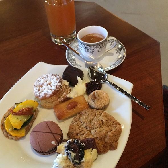 Lounge Snacks @ Al Maha Desert Resort And Spa