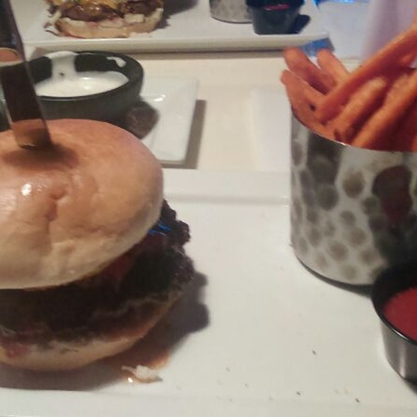 Burger @ Engine No. 9