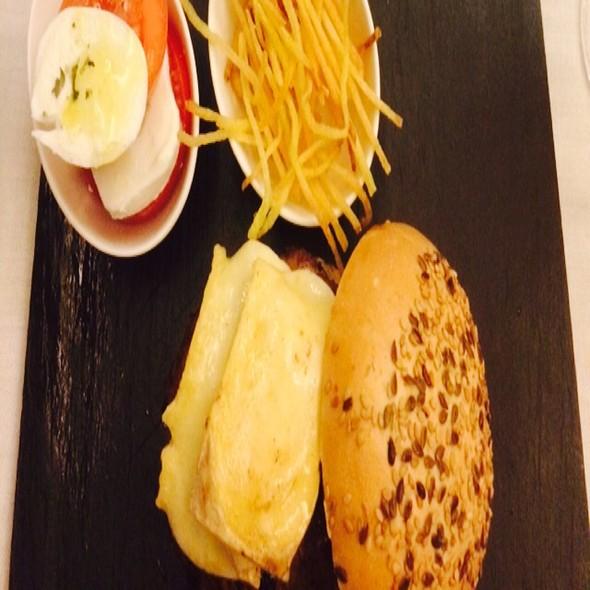 Hamburguesa Con Brie Y Hamburguesa Cebolla Caramelizada @ Farga Gran Vía