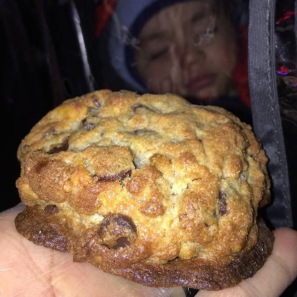 chocolate chip walnut cookie @ Levain Bakery