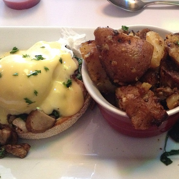 Monsieur Seguin: Eggs Benedict W/ Goat Cheese, Sauteed Mushrooms And Spinach @ Restaurant L'Avenue