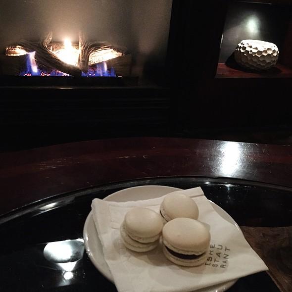 Praline Macarons - Verses Restaurant, Montréal, QC